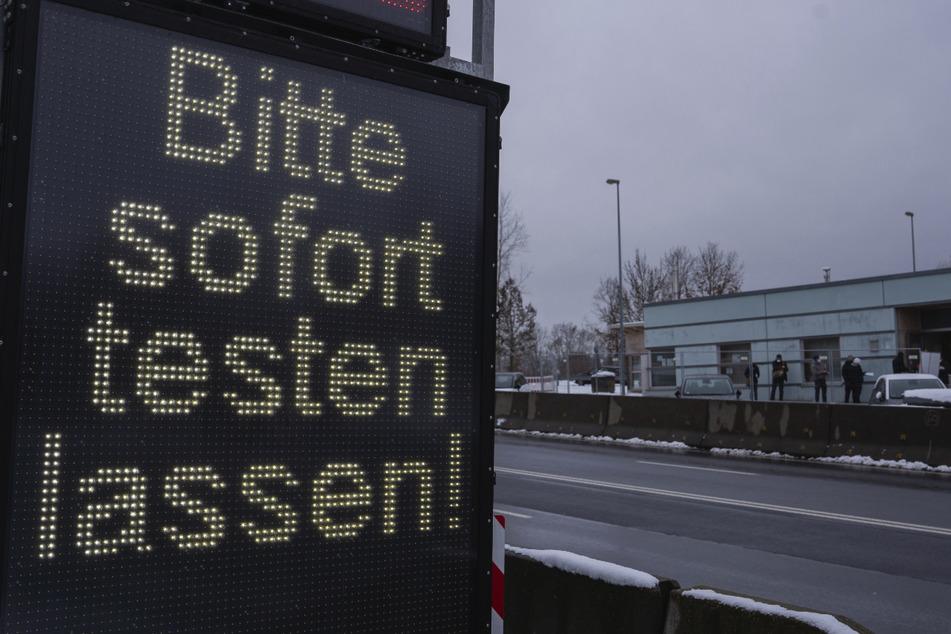 Wegen der strengeren Einreiseregeln für Menschen aus Tschechien nach Deutschland hat es an manchen Grenzübergängen in Bayern teils lange Wartezeiten an den Teststationen gegeben.