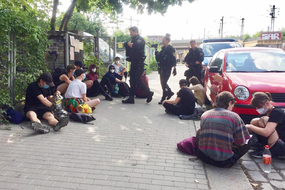 """Die feministische Gruppe """"Radikarl*a"""" besetzt das Gebäude auf Lößnitzstraße 5. Die Polizei ist ebenfalls vor Ort."""