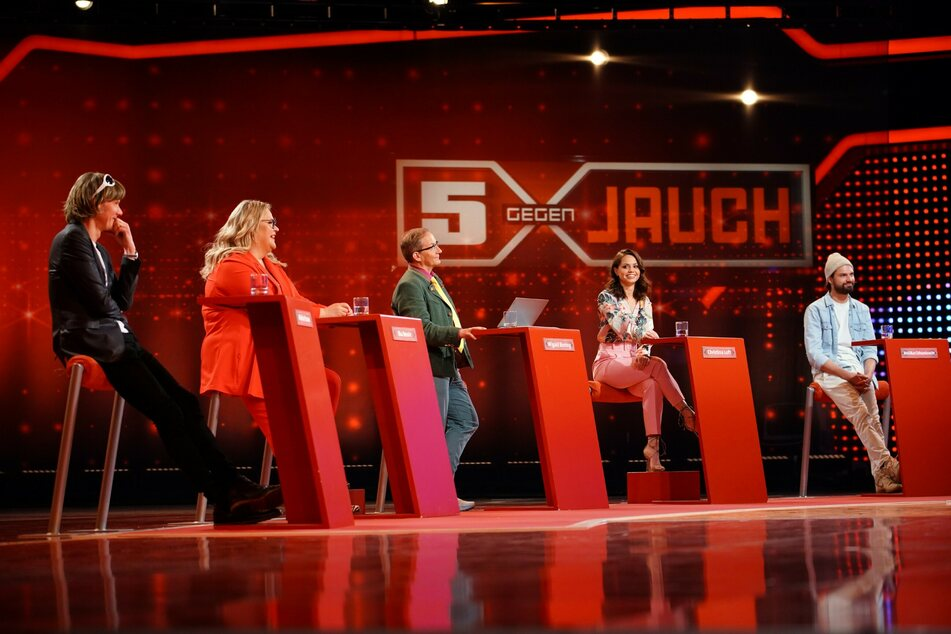 """Ballermann-Sänger Mickie Krause (50, v.l.n.r.), Komikerin Ilka Bessin (49), Comedian Wigald Boning (54), Tänzerin Christina Luft (31) und Schauspieler Jimi Blue Ochsenknecht (29) bei """"5 gegen Jauch""""."""