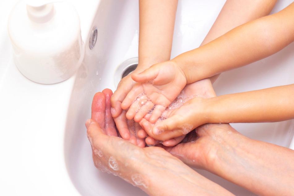 Zum Schutz vor dem Coronavirus sollen sich auch Kinder regelmäßig die Hände waschen.