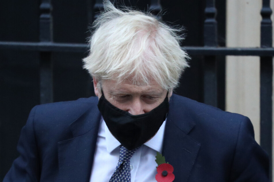 """Boris Johnson verlässt die 10 Downing Street für die wöchentliche Sitzung der """"Prime Minister's Questions""""."""