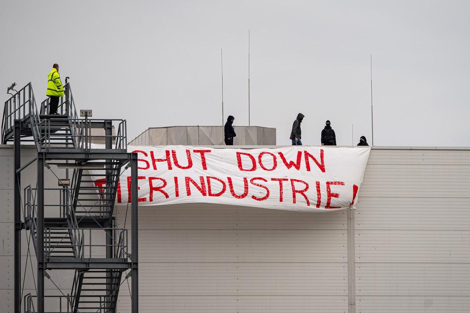 """Vier Aktivisten vom """"Bündnis Gemeinsam gegen die Tierindustrie"""" haben ein Dach der Firma Tönnies besetzt und hingen von dort ein Transparent mit der Aufschrift: """"SHUT DOWN TIERINDUSTRIE"""" auf."""