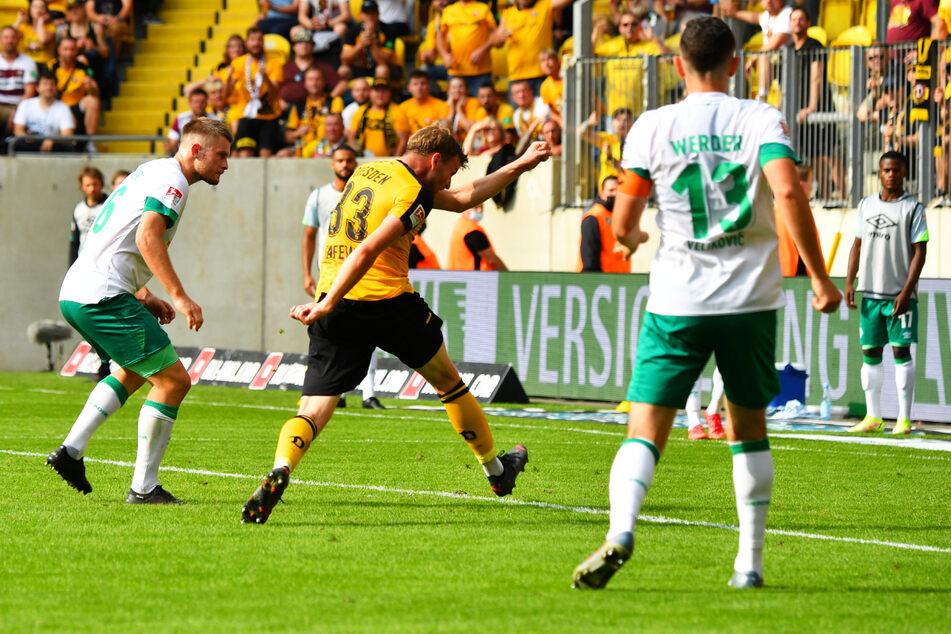 Doppelpack: Christoph Daferner (v.-M.) legt kurz nach der Pause das 2:0 für die SGD nach. Werder-Innenverteidiger Lars Lukas Mai (l.) kann nicht mehr eingreifen.