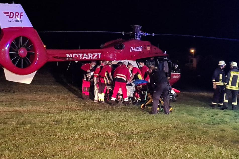 Rettungskräfte kümmern sich um einen Schwerverletzten.