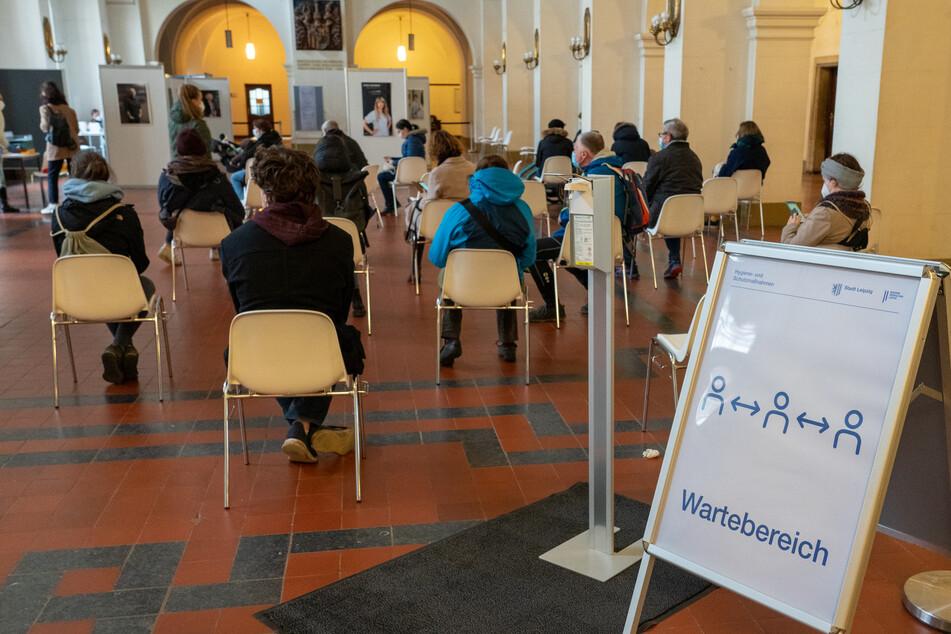 Nachdem die Tests durchgeführt worden sind, warteten die Leipziger in der Halle auf ihre Testergebnisse.