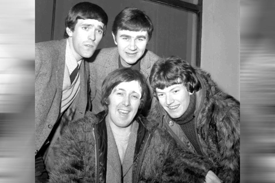 """Die Archivaufnahme vom 10. Januar 1966 zeigt die Mitglieder der Band """"The Spencer Davis Group"""" in London: Muff Winwood (hinten, l), Pete York (hinten, r) und Steve Winwood (vorne, l) sowie Spencer Davis (vorne, r)."""