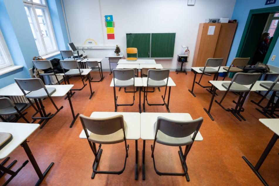 In einem Klassenraum im Schadow-Gymnasium stehen die Stühle auf den Tischen.