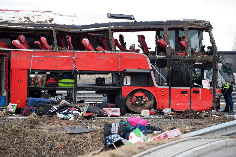 Schweres Bus-Unglück auf der Autobahn: Mindestens fünf Tote