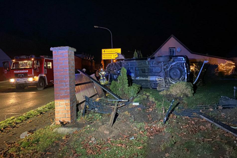 Berlin: Schwerer Crash: Geländewagen überschlägt sich und schanzt gegen Laterne