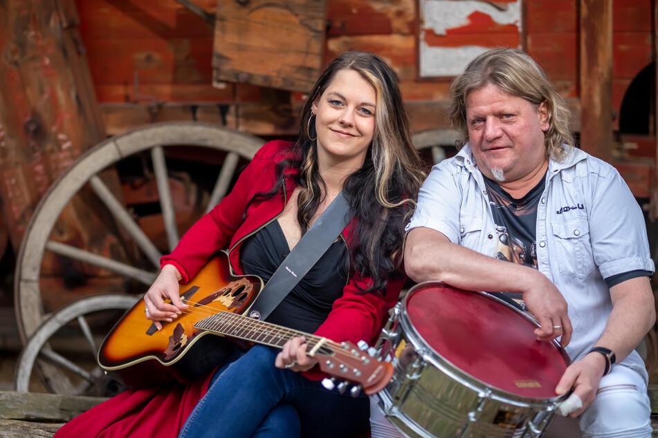 Thomas (53) und Sirin Hergert (28) lassen die Schlagersongs der Sängerin aus Essen (Nordrhein-Westfalen) aufleben.