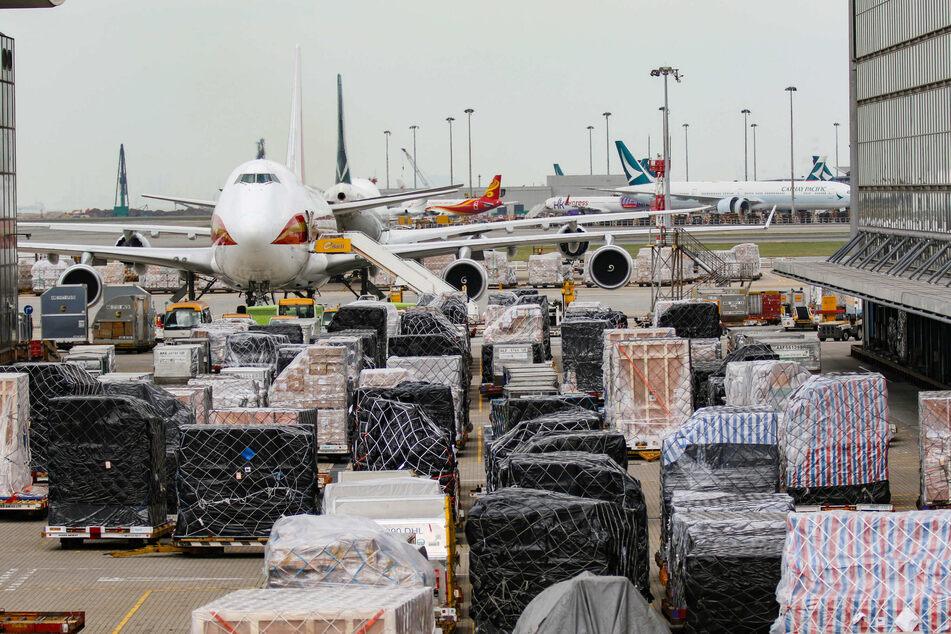Frachtstücke warten am Terminal des internationalen Flughafens Hongkong darauf, verladen zu werden.