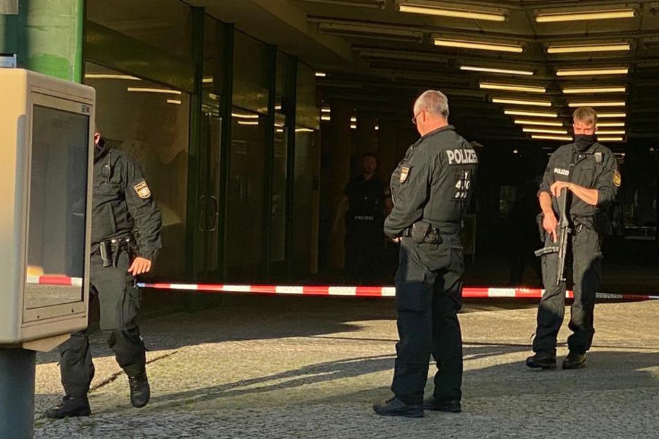 Mann zieht beim Bäcker Pistole: Großeinsatz in Nürnberg
