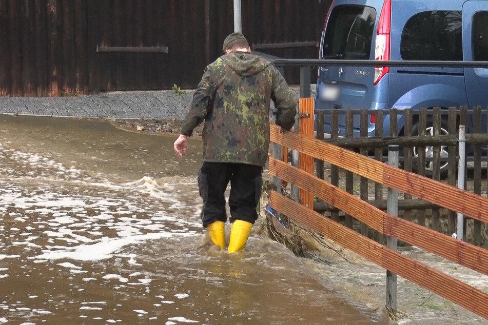 Im erzgebirgischen Neundorf standen Straßen mehrere Zentimeter unter Wasser!