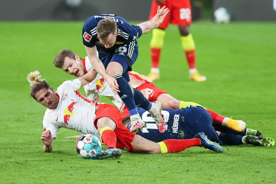 RB Leipzig und Union Berlin schenkten sich gegenseitig nichts. Hier rettet Kevin Kampl (l.) im Liegen, dass FCU-Stürmer Cedric Teuchert (oben) an den Ball kommt.