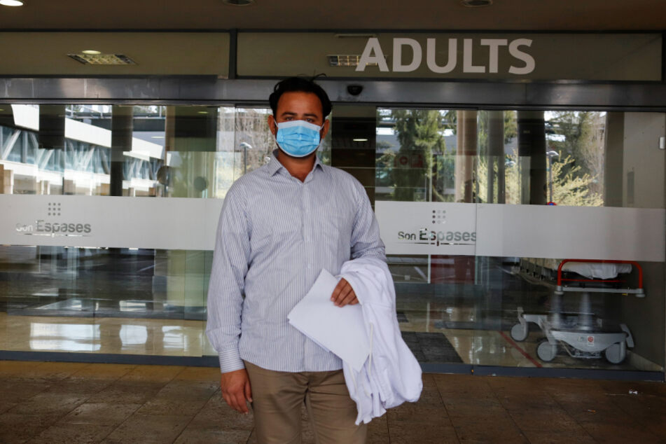 Ein Mann mit Mundschutz verlässt das Universitätskrankenhaus Son Espases.