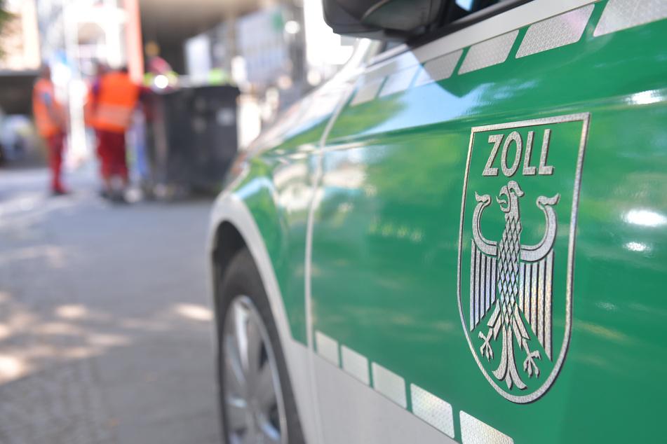 Ein Fahrzeug des Zolls steht vor einer Baustelle (Symbolbild).