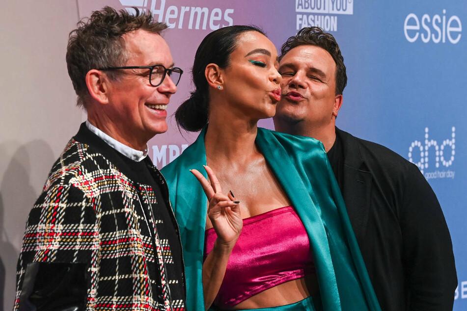 Auch Verona Pooth (53) ließ sich die Show von Guido Maria Kretschmer (r.) nicht entgehen.
