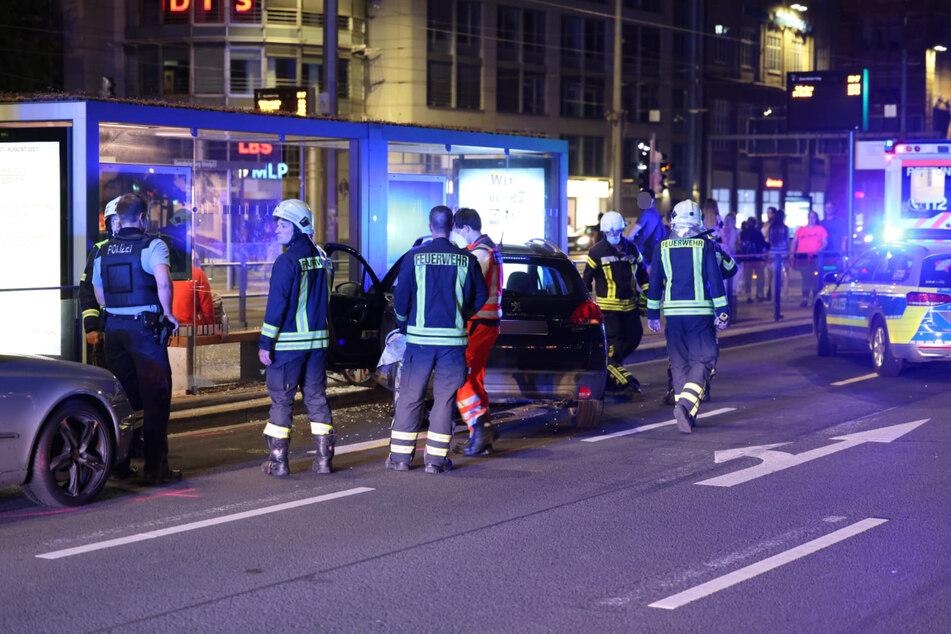 Eine 62-jährige Peugeot-Fahrerin ist am Dienstagabend in ein Haltestellenhäuschen in der Leipziger Innenstadt gekracht.