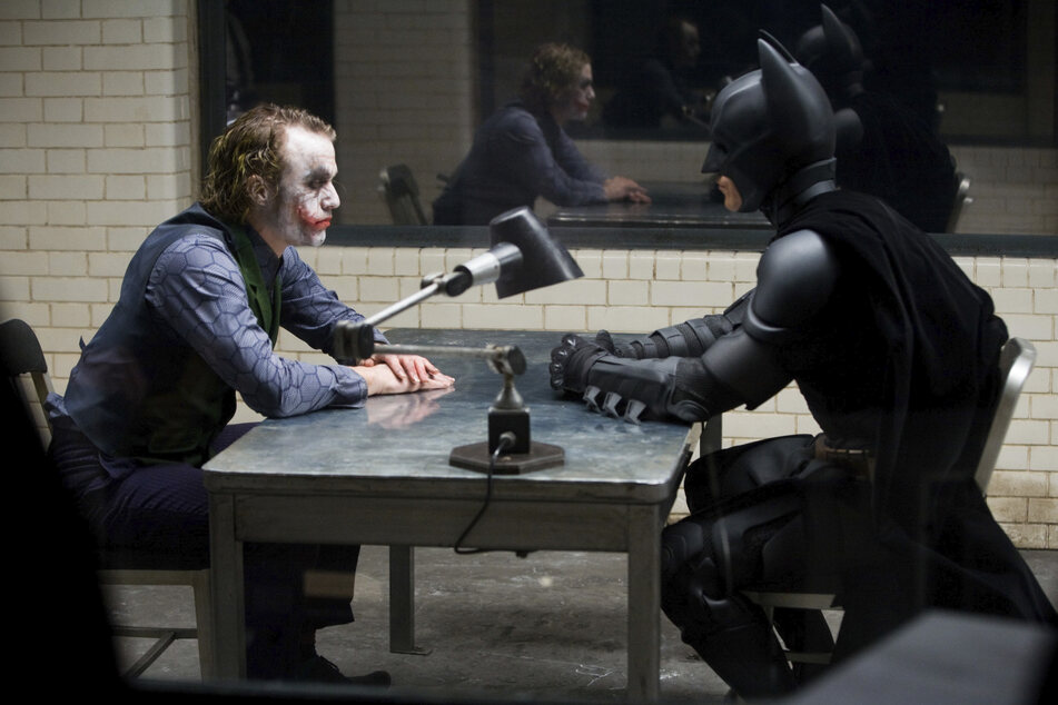 "Heath Ledger (†28) spielte den ""Joker"" in ""The Dark Knight""."
