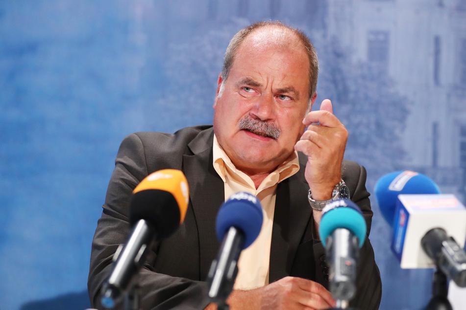 Peter Ritter (Die Linke) spricht während einer Landespressekonferenz.