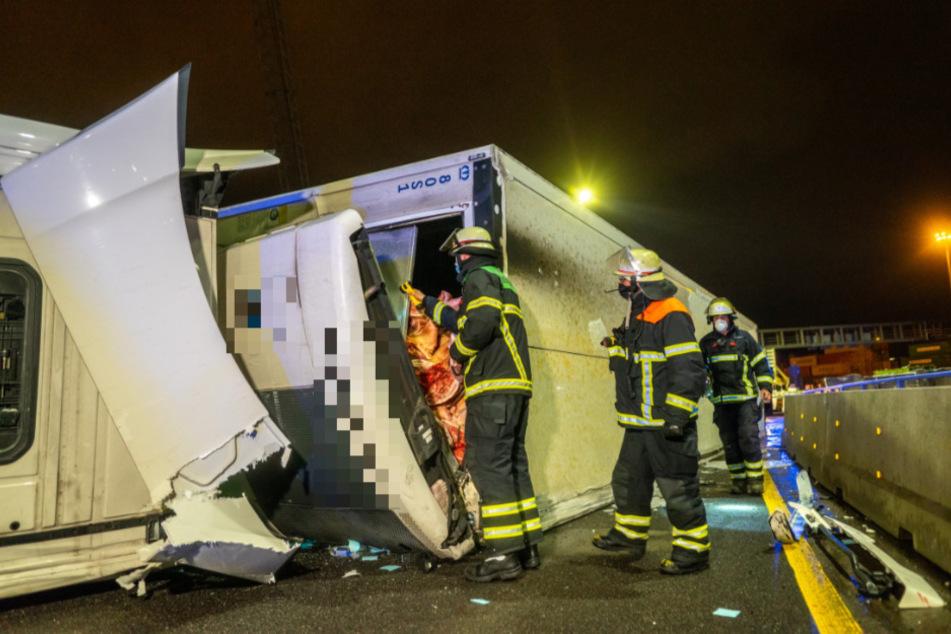 Unfall vor Elbtunnel: Fleischtransporter kippt um, A7 lahmgelegt