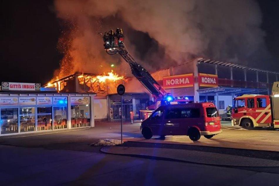 Brand bei Discounter Norma: Feuerwehr löscht bis in den Morgen hinein