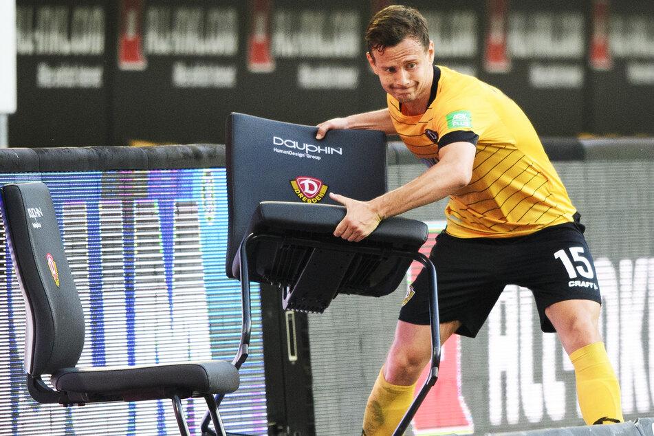 Chris Löwe wirft nach der 0:1 Niederlage gegen den Hamburger SV einen Stuhl weg.