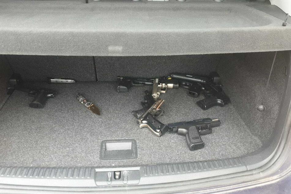 Der Teenager hatte mehrere Waffen im Kofferraum deponiert.