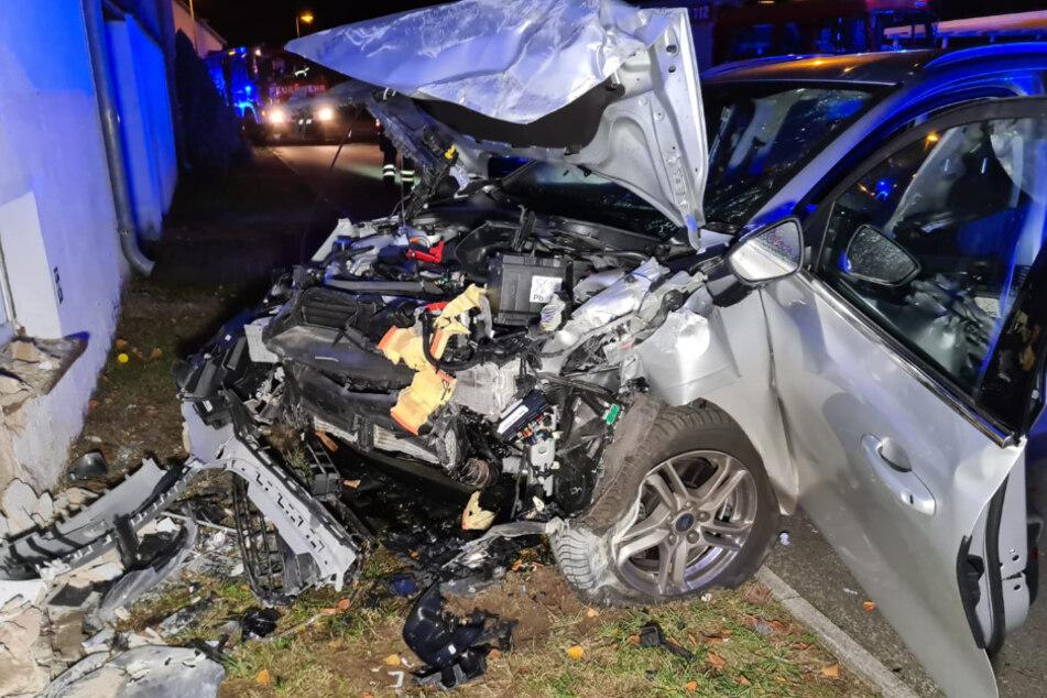 Autofahrer kracht in Hauswand: Zwei Schwerverletzte