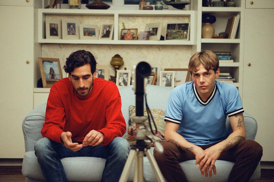 Matthias (l., Gabriel D'Almeida Freitas, 31) und Maxime (Xavier Dolan, 32) sollen sich für einen Studentenfilm vor der Kamera küssen.
