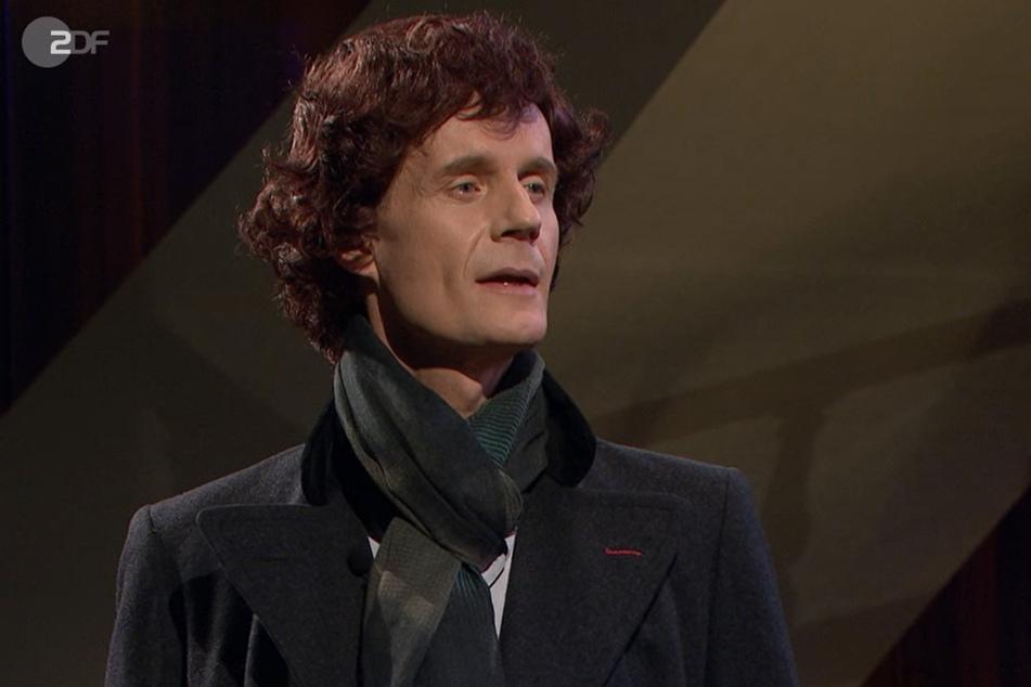 """Im Look von """"Sherlock Holmes"""" (Max Uthoff) geht man der """"Akte Assange"""" auf den Grund."""