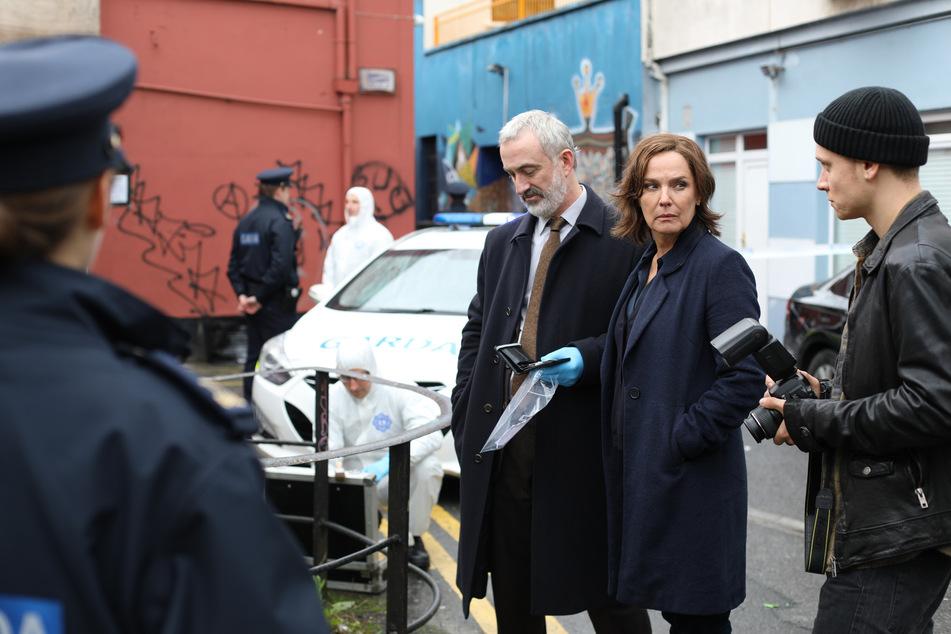 Die Psychologin Cathrin Blake (Désirée Nosbusch, 56) unterstützt Superintendent Kelly (Declan Conlon, Mitte) bei den Ermittlungen.
