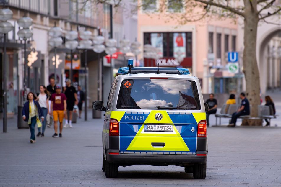 Ein Polizeiauto fährt in der Münchner Innenstadt durch die Fußgängerzone.