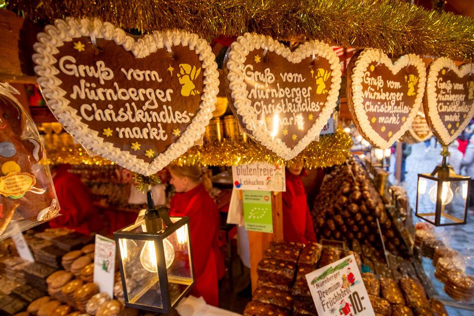 """""""Gruß vom Nürnberger Christkindlesmarkt"""" steht auf Lebkuchenherzen an einem Stand."""