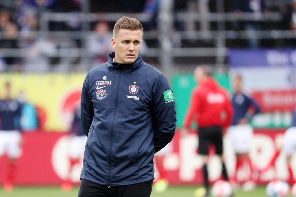 Aue-Trainer Aleksey Shpilevski (33) ist enttäuscht über die 0:3-Niederlage bei Holstein Kiel.