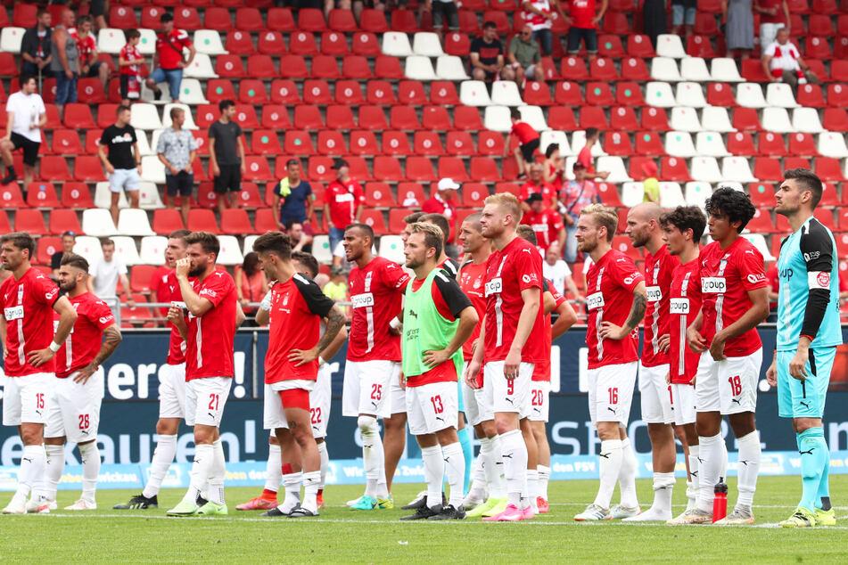 Nach der Niederlage bedankten sich die FSV-Spieler bei den Fans für die Unterstützung.