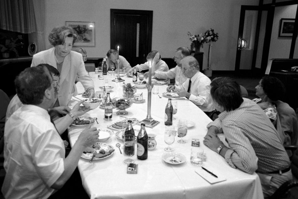 Die Regierungs-WG auf der Schevenstraße 1991. Links im Foto Ingrid beim Servieren von Selbstgekochtem.