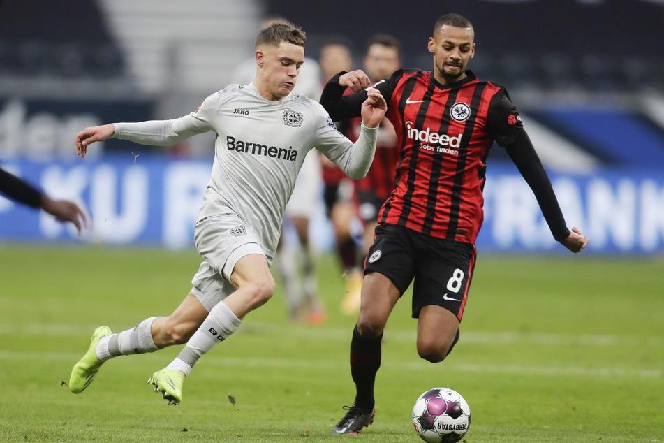 Leverkusens Florian Wirtz (l.) attackiert Eintracht-Mittelfeldmann Djibril Sow.