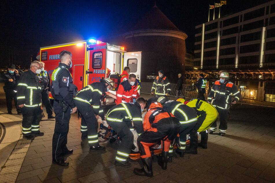 Einsatzkräfte tragen den Mann zu einem Rettungswagen.