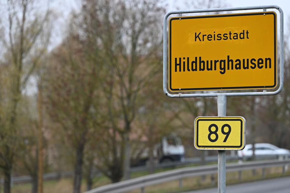 """""""Kreisstadt Hildburghausen"""" steht auf einem Schild am Ortseingang."""