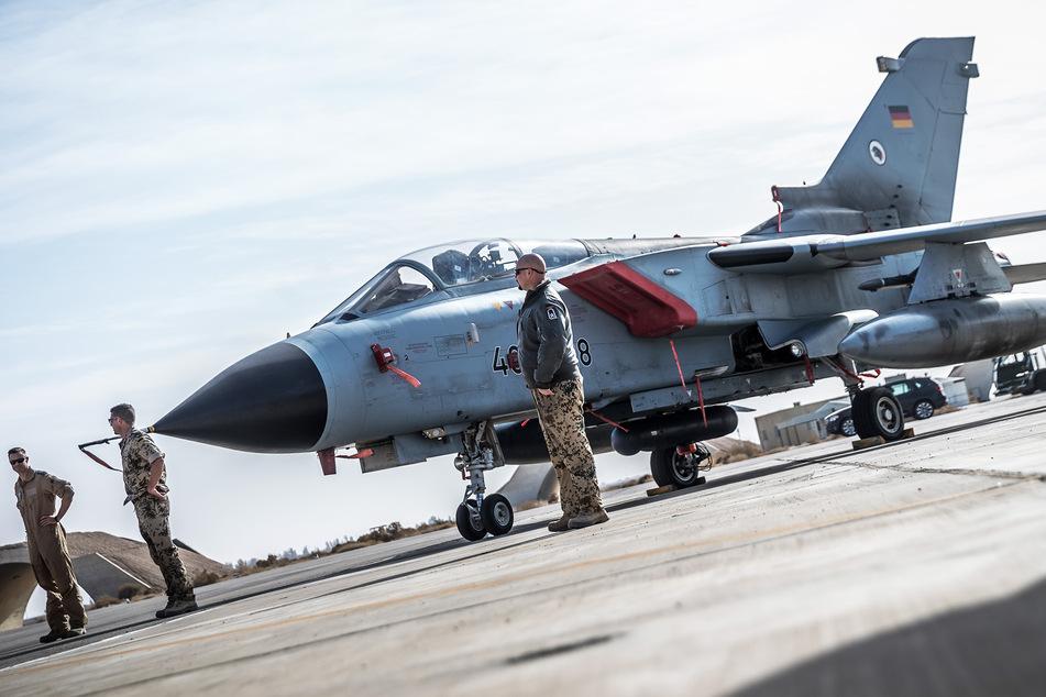 Ein Tornado-Jet der Bundeswehr steht auf einer Airbase. (Symbolbild)