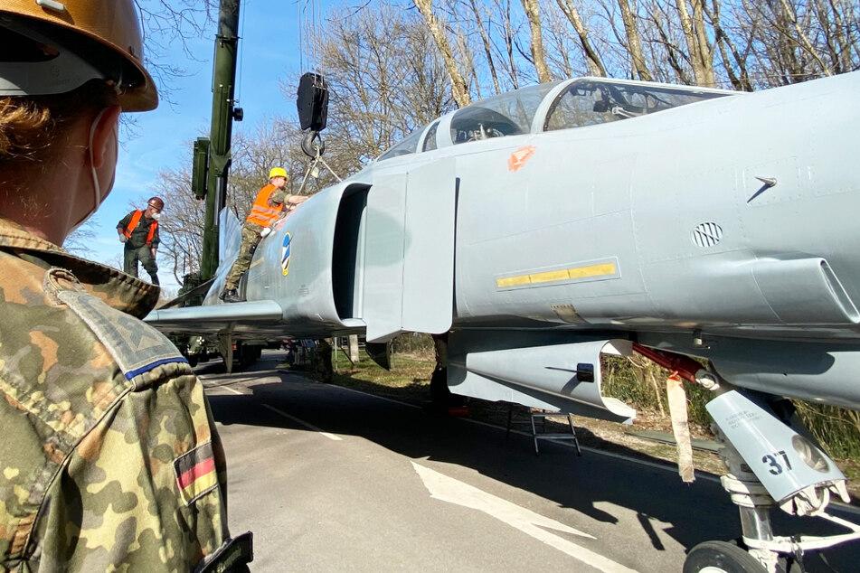 Spektakulär! Luftwaffe transportiert alten Kampfjet