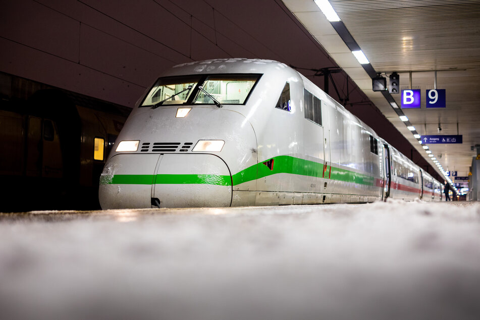 Schnee und Eis legt Zugverkehr auf mehreren Strecken lahm!