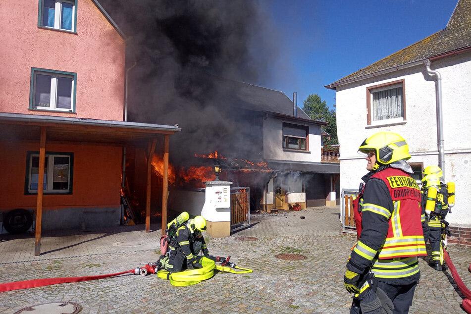 In Einsiedel beschädigte ein Carport-Brand ein Familienhaus. Die Polizei ermittelt zu vorsätzlicher oder fahrlässiger Brandstiftung.