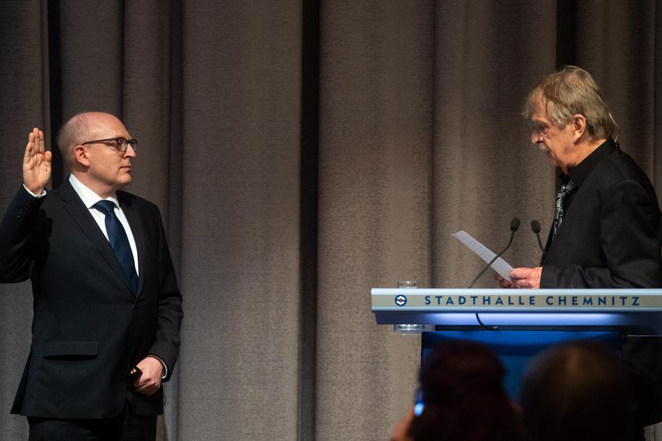 Stadtrat Dieter Füsslein (80, FDP) führte die Vereidigung und Verpflichtung von Sven Schulze (l., 49, SPD) durch.