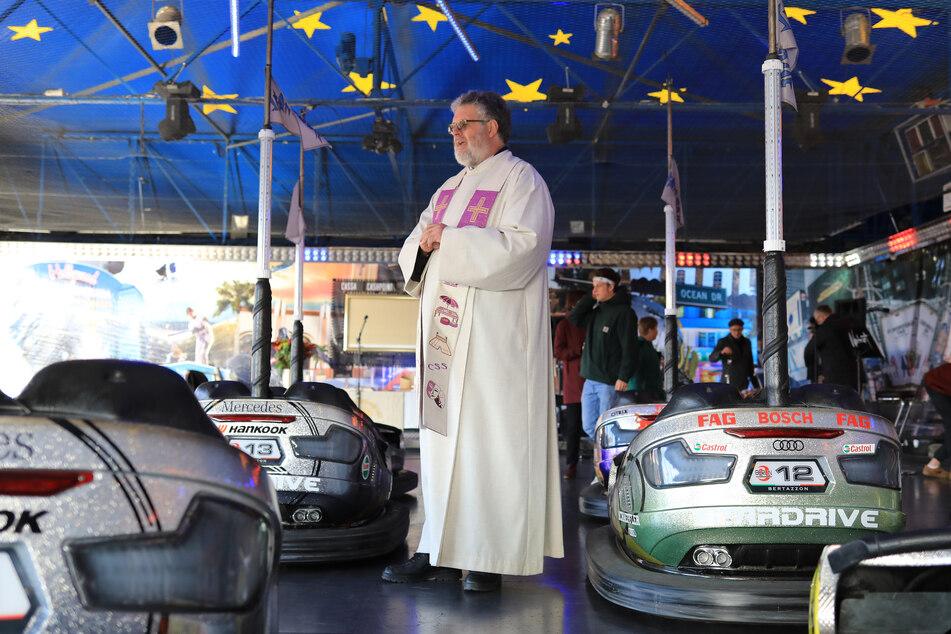 Zirkus- und Schaustellerpfarrer Conrad Herold beim Gottesdienst im Autoscooter in Magdeburg.