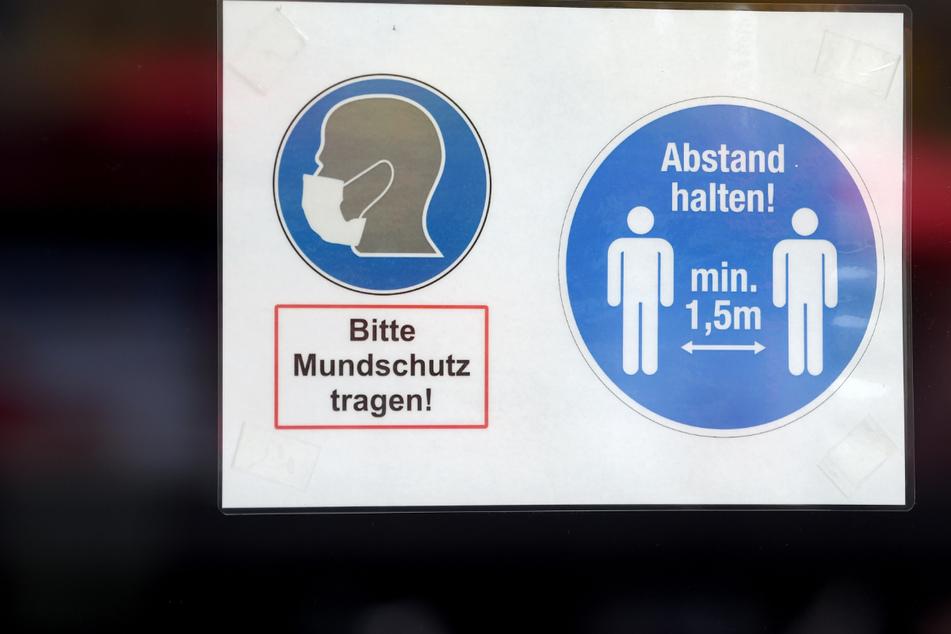Ein Mund-Nasen-Schutz ist in vielen Läden noch Pflicht. An diese Regel hielt sich ein 69-Jähriger in einem Getränkeladen in Erfurt jedoch nicht. Dann eskalierte die Situation. (Symbolfoto)
