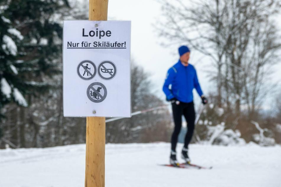 Üppiger Neuschnee und Schneeverwehungen haben im Erzgebirge und im Vogtland die Loipen für Skifahrer vielerorts unpassierbar gemacht. (Symbolbild)