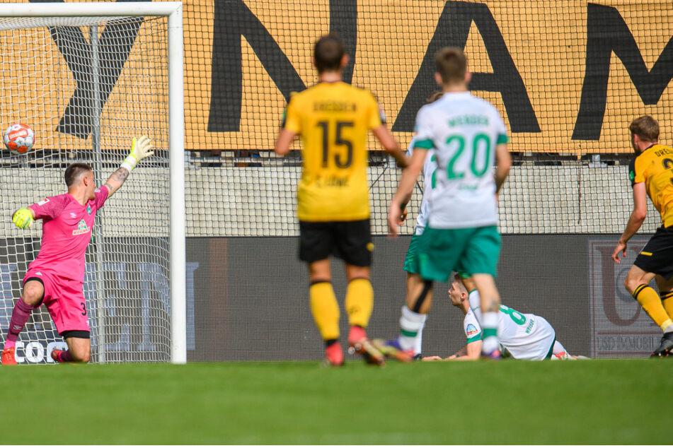Christoph Daferner (r.), donnert die Kugel über Mitchel Weiser zum 2:0 in die Maschen.