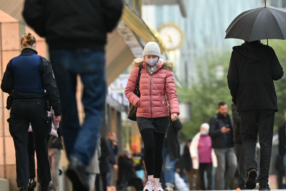 Eine Einkaufsmeile in Frankfurt. Das RKI vermeldete am Mittwoch einen Rekord der Corna-Neuinfektionen.